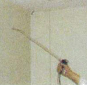 天井や壁などに付いたニオイに、消臭抗菌液を噴霧します